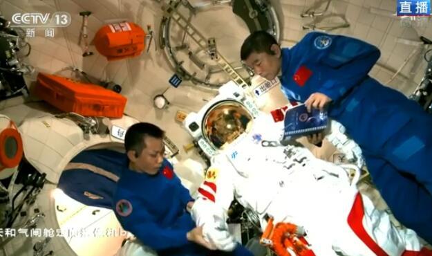 航天员展示舱外航天服